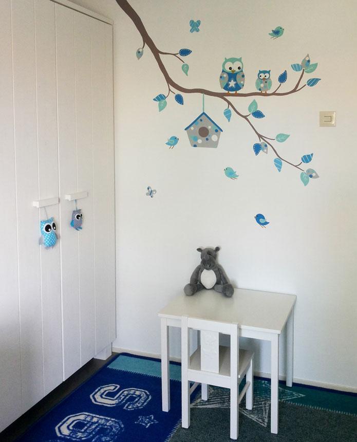 Muurstickers Babykamer Tijgertje.Moderne Tak Met Gekleurde Blaadjes Vogels En Uiltjes
