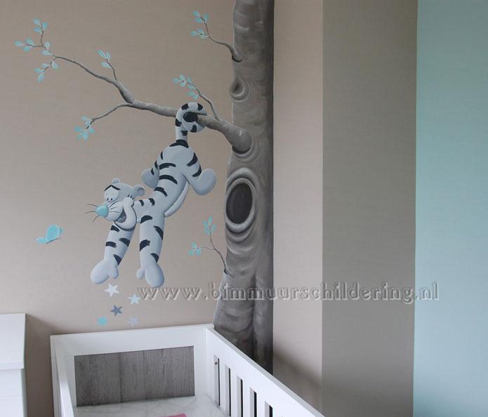 ... muur ernaast de donkere muur laat de schildering extra mooi uitkomen