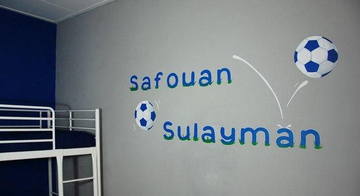 Muurteksten voetbal thema naam op de muur jongenskamer - Kamer blauwe jongen grijs ...